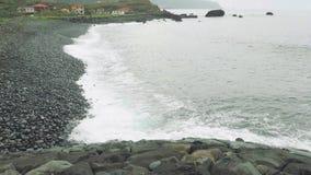 Sulla vista delle onde dell'oceano dalla riva cliffy del Nord del Madera stock footage