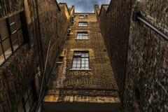 Sulla vista di vecchia costruzione di mattone alta con grande caratteristico Fotografia Stock