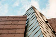 Sulla vista sull'edificio per uffici e sul cielo moderni di affari sui precedenti Prospettiva esteriore ed alta urbana Immagini Stock Libere da Diritti