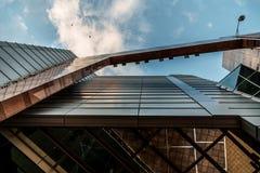 Sulla vista sull'edificio per uffici e sul cielo moderni di affari sui precedenti Prospettiva esteriore ed alta urbana Immagine Stock Libera da Diritti