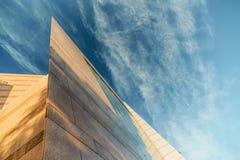 Sulla vista sull'edificio per uffici e sul cielo moderni di affari sui precedenti Prospettiva esteriore ed alta urbana Immagini Stock
