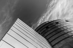 Sulla vista sull'edificio per uffici e sul cielo moderni di affari sui precedenti Prospettiva esteriore ed alta urbana Immagine Stock