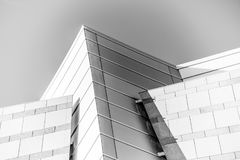 Sulla vista sull'edificio per uffici e sul cielo moderni di affari sui precedenti Prospettiva esteriore ed alta urbana Fotografia Stock Libera da Diritti
