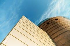 Sulla vista sull'edificio per uffici e sul cielo moderni di affari sui precedenti Prospettiva esteriore ed alta urbana Fotografia Stock