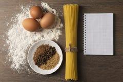 Sulle bugie di legno pasta della tavola, spezie, farina immagine stock