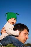Sulle spalle del Daddy Immagine Stock
