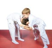 Sulle stuoie i bambini hanno preparato il pugilato d'allenamento di judo Immagine Stock