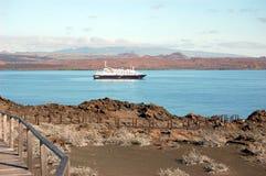 Sullivan Bay avec le bateau de croisière dans la distance Bartolomeo Island, Galapagos photos stock