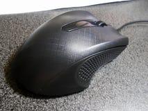 Sullo scrittorio, topo nero del computer fotografia stock