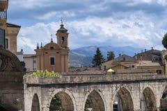 Sulmona Abruzzi, Italia, edificios históricos imagenes de archivo