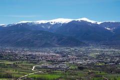 Sulmona in de Peligna-Vallei bij de voet van de berg royalty-vrije stock fotografie