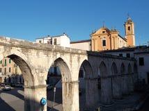 Sulmona - kyrka av Santa Chiara av Assisi och den Swabian akvedukten arkivfoton