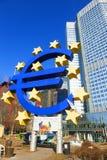 Sulpture av euroet på Willy-Brandten-Platz i Frankfurt - f.m. - strömförsörjning Royaltyfri Foto