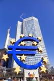 Sulpture av euroet på Willy-Brandten-Platz i Frankfurt - f.m. - strömförsörjning Royaltyfri Bild