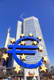 Sulpture van de Euro in willy-Brandt-Platz in Frankfurt-am-Main Royalty-vrije Stock Afbeelding