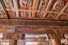Sulptures en gravures op het plafond en de pijlers, Nataraja-mandapa, Airavatesvara-complexe Tempel, Darasuram, Tamil Nadu Stock Afbeelding