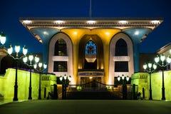 Sultán del palacio de Omán en Muscat, Omán Palacio iluminado en Muscat fotos de archivo libres de regalías