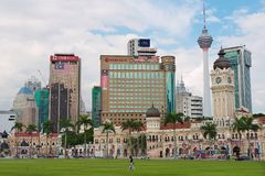 Sultan Abdul Samad byggnad med moderna byggnader på bakgrunden i Kuala Lumpur, Malaysia Arkivfoto