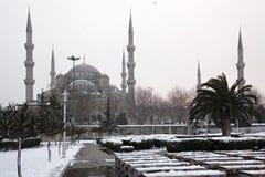 Sultan Ahmet Mosque på den snöig dagen Royaltyfria Bilder