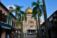 Sultan Mosque, palmiers et rue arabe Singapour photographie stock libre de droits