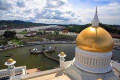 Sultan Omar Ali Saifuddien Mosque con Sultan Bolkiah Mahligai Barge, Brunei Fotos de archivo libres de regalías