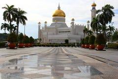 Sultan Omar Ali Saifuddien Mosque - tegen Dag Stock Fotografie