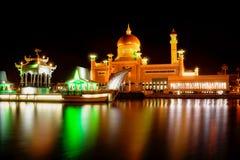 Sultan Omar Ali Saifuddin Mosque i Brunei Darussalam på nattetid Royaltyfria Bilder