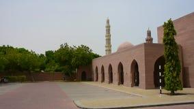 Sultan Qaboos Grand Mosque Minaret in Muscateldruif, Oman tijdens recente middagvraag aan gebed stock video