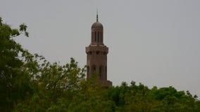 Sultan Qaboos Grand Mosque Minaret in Muscateldruif, Oman tijdens recente middagvraag aan gebed stock footage