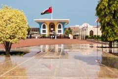 Sultan Qaboos Palace in Muscat con i turisti e riflessioni sui marmi immagine stock
