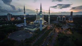 Sultan Salahuddin Abdul Aziz Shah-Moskee, Sjah Alam, Selangor, Maleisië tijdens zonsondergang Stock Foto's