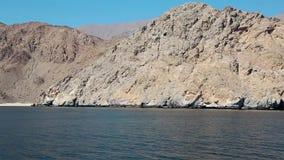 Sultanaat van Oman, Musandam-schiereiland, Golf van Oman, rotsachtige kust stock videobeelden