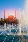 Sultanahmet清真寺的看法通过喷泉 免版税图库摄影