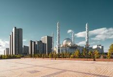 Sultano esterno di Hazrat della moschea di vista nella capitale di Astana del Kazakistan un chiaro giorno con il cielo blu del so fotografia stock libera da diritti