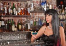 Sultry kvinna med Martini Royaltyfria Foton