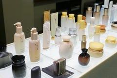 Sulwhasoo skönhetsmedel på skrivbordet Fotografering för Bildbyråer