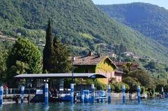 SULZANO ITALIEN - MAJ 13, 2017: hamn av den Sulzano staden på sjön Iseo, Italien Arkivfoto