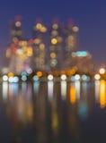 Sumário, bokeh do borrão da luz da arquitetura da cidade da noite, fundo defocused Fotografia de Stock
