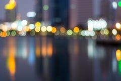 Sumário, bokeh do borrão da luz da arquitetura da cidade da noite, fundo defocused Fotos de Stock