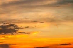 Sumário borrado do céu dramático colorido no crepúsculo Imagem de Stock Royalty Free