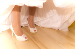 Sumário branco das sapatas da noiva Fotografia de Stock