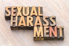 Sumário da palavra do acosso sexual no tipo de madeira imagens de stock