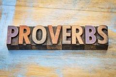Sumário da palavra dos provérbio no tipo de madeira fotos de stock
