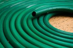Sumário da textura verde do tubo de borracha para plantas molhando no Fotos de Stock