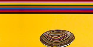 Sumário de uma colher de sopa que mostra uma reflexão de uma parte traseira colorida Fotos de Stock Royalty Free