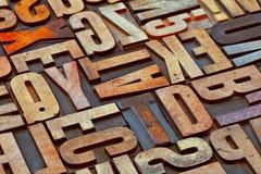 Sumário do alfabeto no tyoe da madeira do grunge Fotografia de Stock