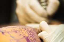 Sumário do artista da tatuagem fotografia de stock
