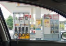 Sumário do fundo borrado do carro que abastece-se em um posto de gasolina Fotografia de Stock