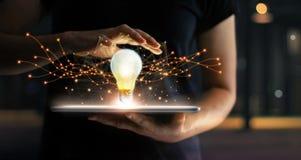Sumário inovação Mãos que guardam a tabuleta com futuro da ampola foto de stock royalty free