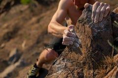Sumário, mão e pé da escalada do tiro do montanhista da imagens de stock